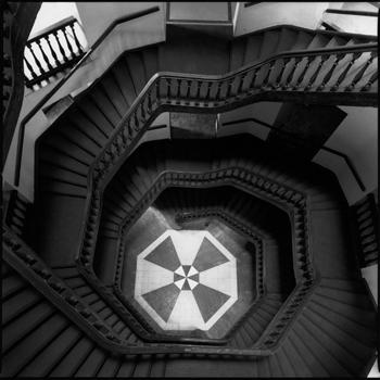 escalier noir tournant